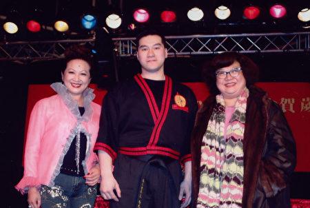 駱以信(中)與沈殿霞(右)、 薛家燕(左)的合影。