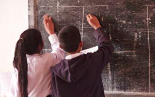 美教師以個人化動作打招呼 學生愛極了