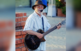 81岁爷爷拿起电吉他试音 弹奏令人惊艳