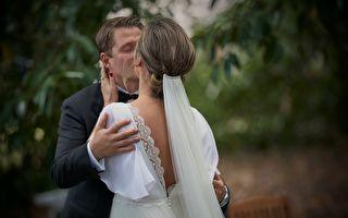 30年青梅竹马结成夫妻 丈夫准备惊喜婚礼