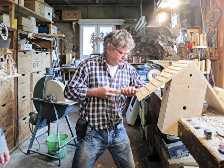 说起黑森林的纪念品,最吸引人的当然是纯手工制作的布谷鸟钟。(旅游局提供)