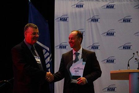 图:Toyota代表Dave(右)接受年度车奖座。(李奥/大纪元)