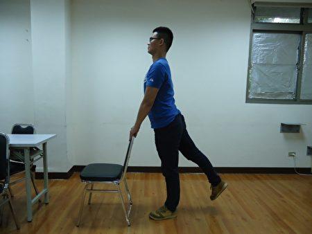 站姿脚后抬:手扶椅背,轮流将脚往后抬起,这式较简单,上班族可以在办公室做。(王尧弘提供)