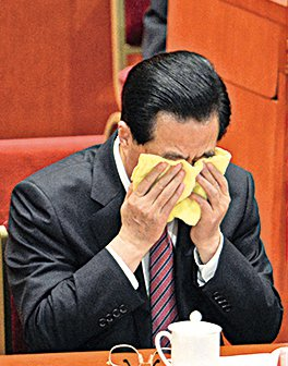 中共前總書記胡錦濤在2012年中共「十八大」上被外媒記者捕捉到落淚的照片。(AFP)