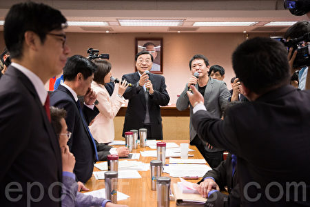 """陆委会主委张小月(左)表示,政府对两岸关系的界定就是""""两岸关系"""",因此对时力版草案名称,持保留态度。(陈柏州/大纪元)"""