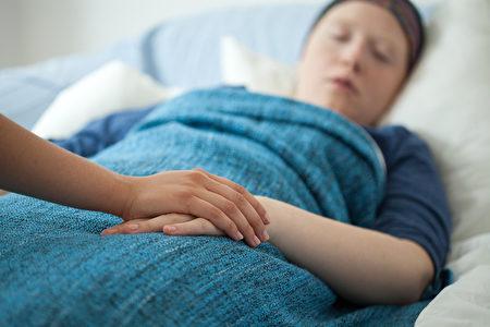 护士拿着有病女人的手(fotolia)