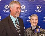 Donald Nation牧師和太太Marion Nation女士一起觀看神韻。(新唐人電視台)