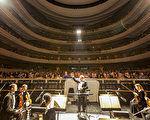 圖為2月28日晚,多倫多座無虛席的四季表演藝術中心內,全場的觀眾對神韻藝術家們的演出頻頻報以熱烈的掌聲。(艾文/大紀元)