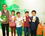 2017年3月12日下午,台南市後壁區新嘉國民小學校長林良駿與學生一同觀賞神韻紐約藝術團的演出。(陳霆/大紀元)
