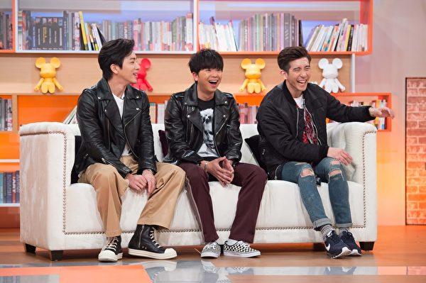 修杰楷偕好友「小鬼」黃鴻升及坤達在TVBS 56頻道《小燕有約》。( TVBS提供)