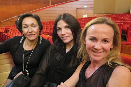 芭蕾舞老师 Tatiana Zonova (右一)和朋友们观看了3月13日神韵在米兰的今年最后一场演出。(文华/大纪元)