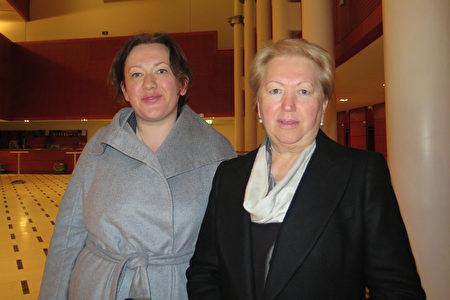 Iryna Pryadko女士和母亲3月13日晚在米兰观看了神韵。 (文华/大纪元)