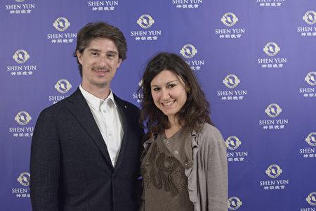 资深记者Pietro Razzini携助手观看了3月13日晚在米兰的神韵演出。(Gabriele Bruno/大纪元)