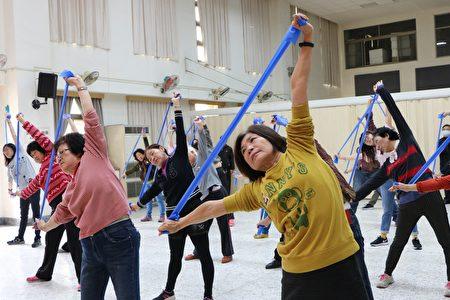 多位市民於衛生局禮堂在專業運動老師的指導下,率先體驗即將於四月起跑的有氧健康運動。(李擷瓔/大紀元)