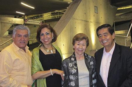 Haydee Cantu女士(左二)和丈夫Raul Aguilar (左一)、Dora Cecila Moreno女士和丈夫Luis Gutierrez一起觀看了了3月18日晚上神韻在蒙特雷的演出。(麥蕾/大紀元)