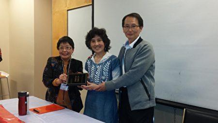 图:欧阳金玲会长给陆璋老师(右二)颁发讲师感谢牌。 (加西中文侨校联合会提供)