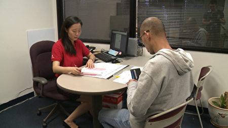 华埠服务中心工作人员正在帮助低收入者免费报税。(李子文/大纪元)