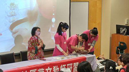 图:2017年加西中文教师研习会在温召开,加拿大青少年文化大使现场演示擂茶制作。(邱晨/大纪元)