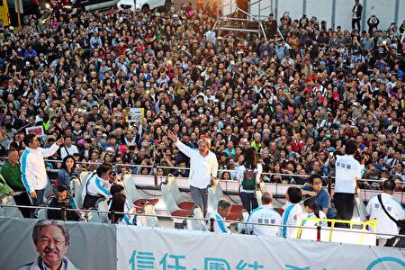 星期五,距離香港行政長官選舉倒數二日,候選人曾俊華舉行巴士巡遊造勢活動,所到之處都受到許多香港市民的歡迎和與他拍照留念。(李逸/大紀元)