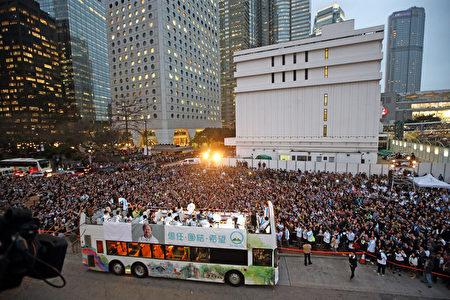 曾拍片撐曾俊華的著名導演杜琪峯上台發言,他表示短短兩個月,看到曾俊華如何團結香港,「民意很清楚地告訴大家,我們也很相信曾生的能力事絕對可以讓建制派和泛民走在一起,好好合作,為香港的未來,把我們由不信任政府變為信任政府。」 他看到現場萬人集會深受感動:「看到一萬多人真的有點激動。我懇請和希望,三月二十六日,各位可以有資格代表香港人選特首的人憑良心和幫我們支持香港的新特首,曾俊華先生。把良心投進票箱,決定我們的未來,希望他們投一號,神聖一票。」(大紀元)