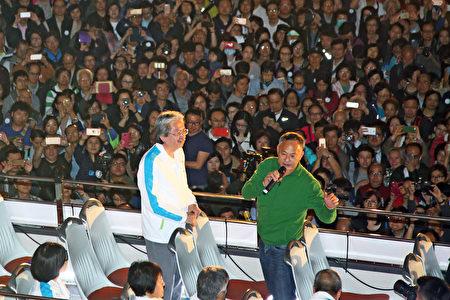 曾拍片撐曾俊華的著名導演杜琪峯上台發言,他表示短短兩個月,看到曾俊華如何團結香港。(大紀元)