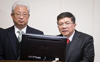 经济部长李世光(右)6日表示,核电厂除役成本与预估值相差近一倍,将于3个月内递交报告。左为台电董事长朱文成。(陈柏州/大纪元)
