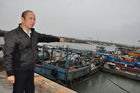 鄭進宅說,坑子口地區漁民沒有漁船,只能靠竹筏和膠筏在近海捕撈,破損簡陋的設備與天地為伍,還要忍受權益被漠視,讓人心酸。(賴月貴/大紀元)
