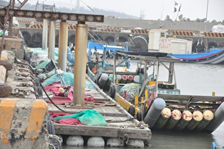 名為「漁船」其實是簡陋的膠筏,這就是坑子口漁民的討海工具。(賴月貴/大紀元)
