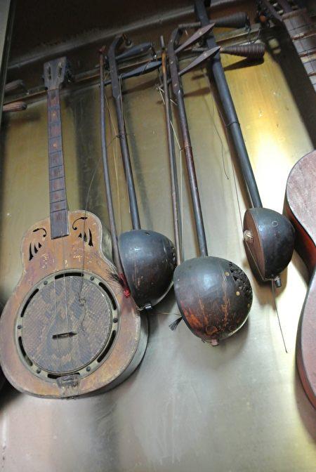 基隆潮聲國樂社,塵封在會館內已數十年的樂器。(周美晴/大紀元)