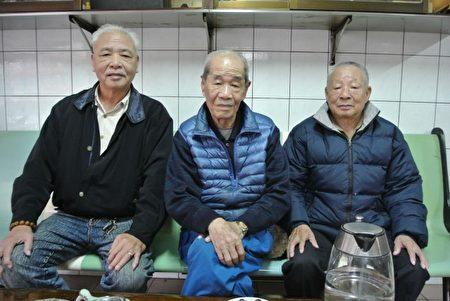 左起:基隆潮州同鄕會理事長林周平、鄉長黃忠業與老戰友張漢平。(周美晴/大紀元)