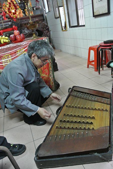基隆潮聲國樂社已解散,樂器都已塵封數十年,揚琴還保存甚佳。(周美晴/大紀元)