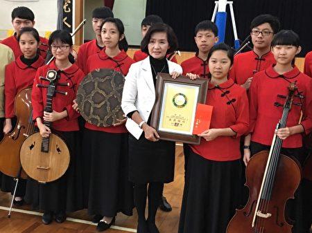 國華國中國樂團音樂比賽得第一,林姿妙鎮長頒獎鼓勵。(羅東鎮公所提供)