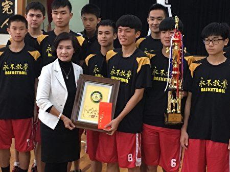 國華國中 男籃隊 獲全國賽第一,林姿妙鎮長頒獎鼓勵。(羅東鎮公所提供)