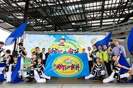 三星乡饼上市 千人DIY葱油饼活动,苏澳国中表演挥旗跳武迎嘉宾。(三星乡公所提供)