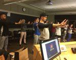 位於美國賓夕法尼亞州的彌賽亞學院的帕特教授(後排左二)和大學生們在課堂上一起學煉法輪功五套功法。(大紀元)