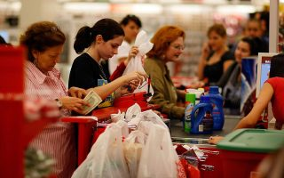 根據紐約價格法規定,消費者可以自由選擇支付現金或刷信用卡結帳。 (Bryan Thomas/Getty Images)