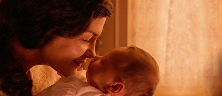 《永恆》劇照。慧田(奥黛丽‧塔图 飾)迎接孩子誕生的喜悅。(驕陽電影提供)