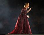 圖為今年阿黛爾在澳洲墨爾本的演出現場。 (Graham Denholm/Getty Images)