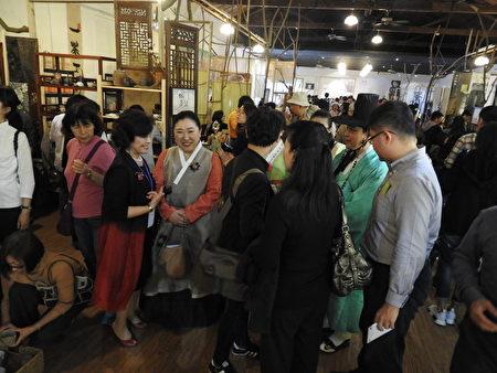 在2017年世界搏茶會中,中外嘉賓參觀【搏‧茶器展】的盛況。(蔡上海/大紀元)