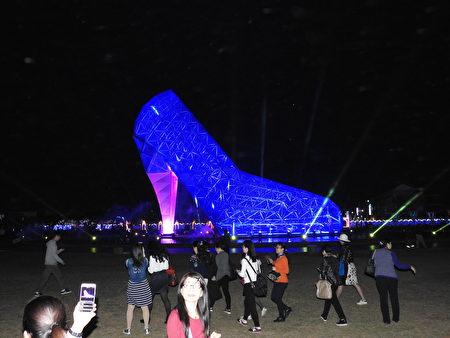 高跟鞋教堂巴洛克光雕展点灯秀,吸引大批媒体与民众争相拍照。(蔡上海/大纪元)