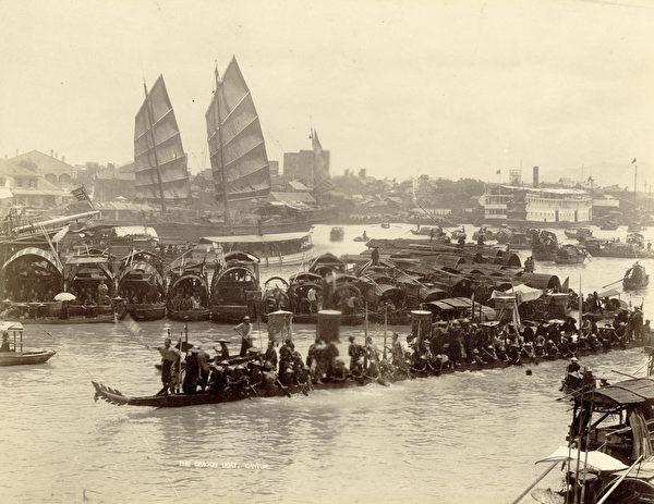 廣州雅真照相館,《龍舟》(The Dragon Boat),攝於1870年代,銀鹽照片。(Courtesy of the Stephan Loewentheil Historical Photography of China Collection)