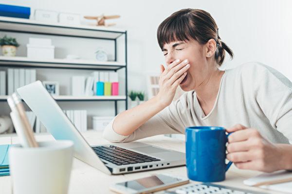 Emolument網站的調查結果顯示,法律從業人員認為自己的工作最無聊。圖為一名在辦公室打哈欠的女子。(Fotolia)
