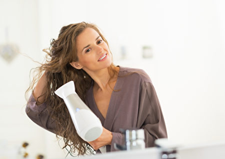 洗頭務必烘乾頭髮。(Fotolia)
