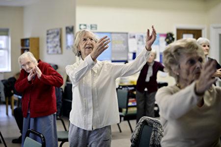西方老人学打太极拳。(Bethany Clarke/Getty Images)
