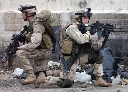 2004年11月22日,美軍第一史特萊克旅級戰鬥隊(「幽靈特遣隊」)士兵,在伊拉克摩蘇爾市街頭巡邏。(TAUSEEF MUSTAFA/AFP/Getty Images)