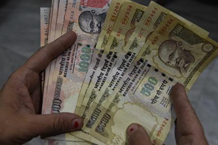 美聯儲加息,大摩建議買進印度盧比。(PRAKASH SINGH/AFP/Getty Images)