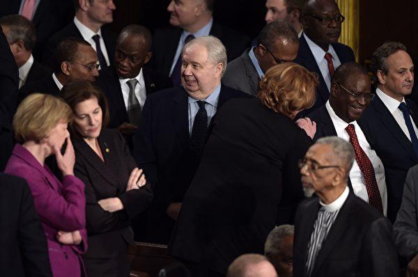 """俄国驻美大使基斯利亚克(中,Sergei Kislyak)2017年2月28日参加川普国会的演讲会。在亲俄风暴中,他被媒体指称为俄罗斯在美国的""""头号间谍""""。 (BRENDAN SMIALOWSKI/AFP/Getty Images)"""