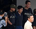 涉嫌殺害金正男的唯一被捕朝鮮嫌疑人李鐘哲於2017年3月4日抵北京機場,他向記者表示,金案是別有用心之人所策劃的陰謀。但馬國警方表示,將在7日召開記者會回應金的說法。本圖為李於3日,在強大警力戒護下步出大馬警察總部前往機場。(MOHD RASFAN/AFP/Getty Images)