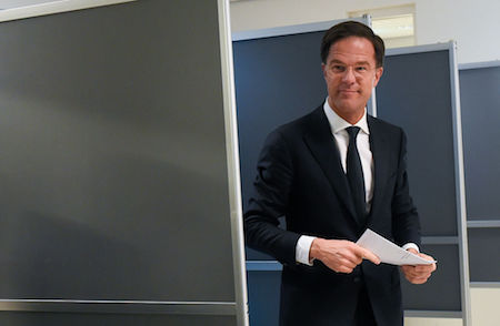 首相呂特(Mark Rutte)在投票站準備投票。(JOHN THYS/AFP/Getty Images)