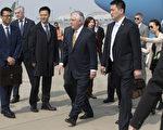 美国国务卿蒂尔森(中)于2017年3月18日下午抵达北京,将在中国进行两天的区域安全及经济等议题的外交会谈。(Mark Schiefelbein - Pool/Getty Images)